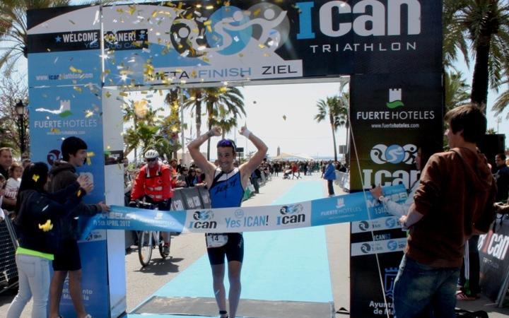 El ganador del ICAN 2012, Pedro Gomes, a su llegada a la meta.