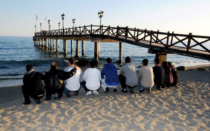 Strand Marbellas mit Mitgliedern des Projekts Hombre.