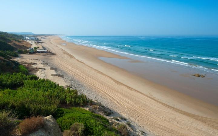 Playa la Fontanilla, a 5 minutos a pie del hotel Fuerte Conil - Costa Luz.