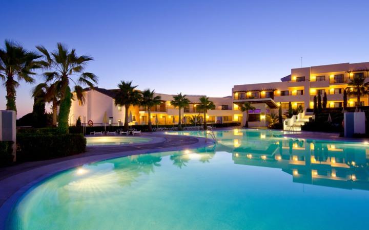 Espectacular vista de la piscina del hotel Fuerte El Rompido