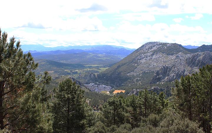 Vistas al pueblo de Grazalema desde la montaña