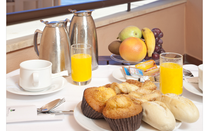 Desayuno continental en una de las habitaciones de la planta Exclusive de Fuerte Marbella
