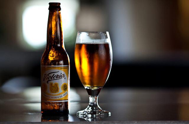 Firmen-Weihnachtsessen ideen -Bier trinken