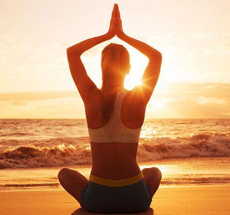 practicar Yoga en la playa
