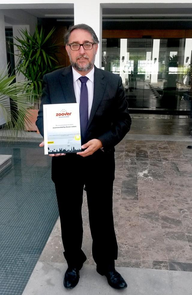 Juan Ramon Perez (director Fuerte Estepona) con premio Zoover