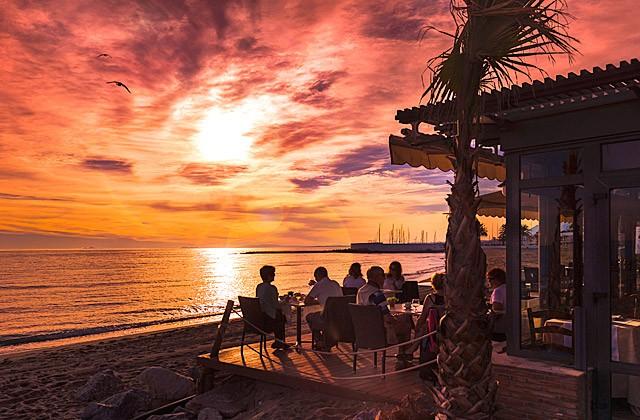 Puesta de sol en el restaurante en la playa Fuerte Marbella