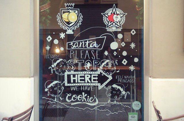 Cafeterías en Málaga - Cristal de la cafetería El último Mono