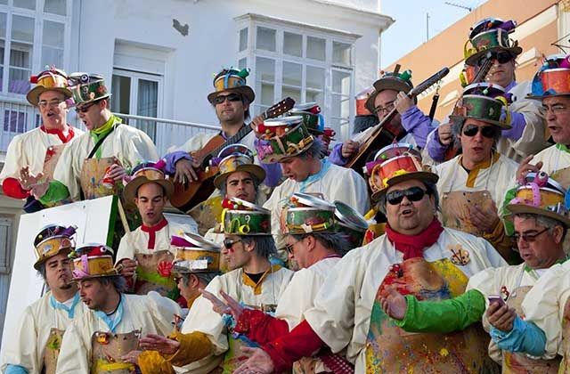 Carnaval de Cádiz - Agrupaciones cantando en la calle