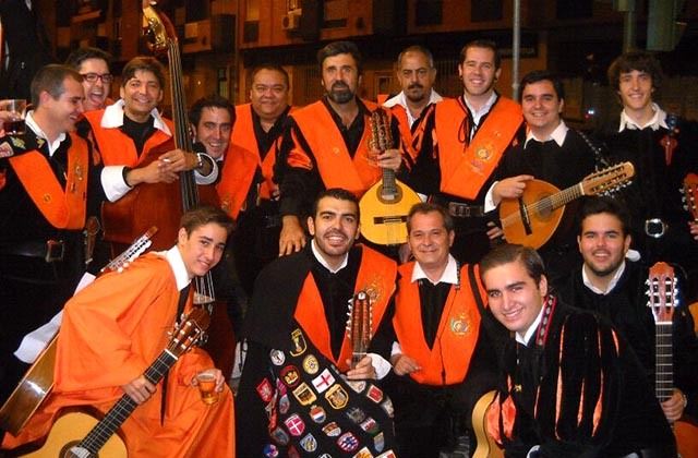 Fiestas curiosas - Tuna sevillana. Fotografía: mitunadeeconomicas.blogspot.com