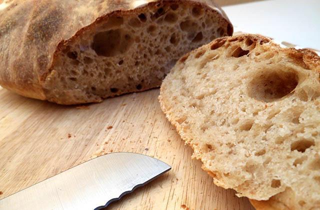 Frühstücken in Andalusien, die gesündeste Form, den Tag zu beginnen: Pan de pueblo. Fotografía: lasrecetasdearguinane.com