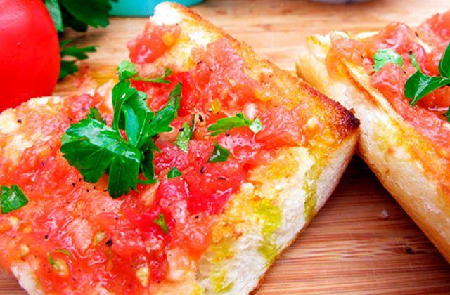 Frühstücken in Andalusien, die gesündeste Form, den Tag zu beginnen: Pan, aceite de oliva y tomate. Web: recetin.com