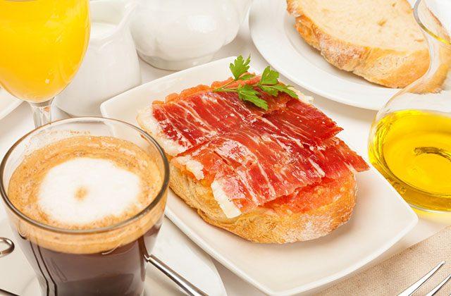Pan, aceite de oliva, tomate y jamón serrano