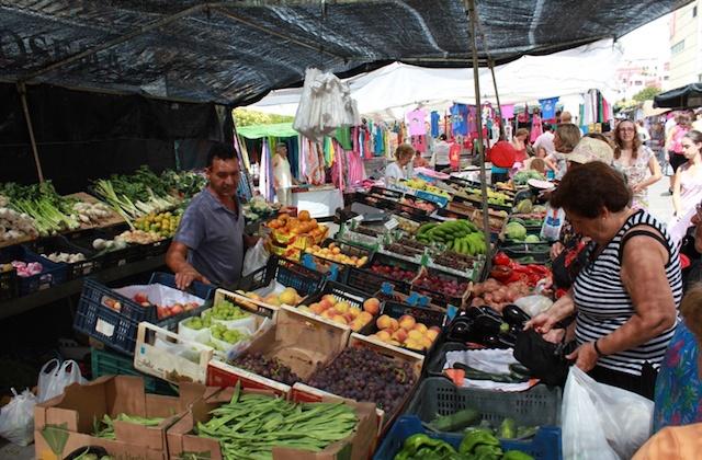 Conoce los mercadillos de la Axarquía malagueña - Mercadillos de la Axarquía. Fotografía de vivirenelrincondelavictoria.files.wordpress.com