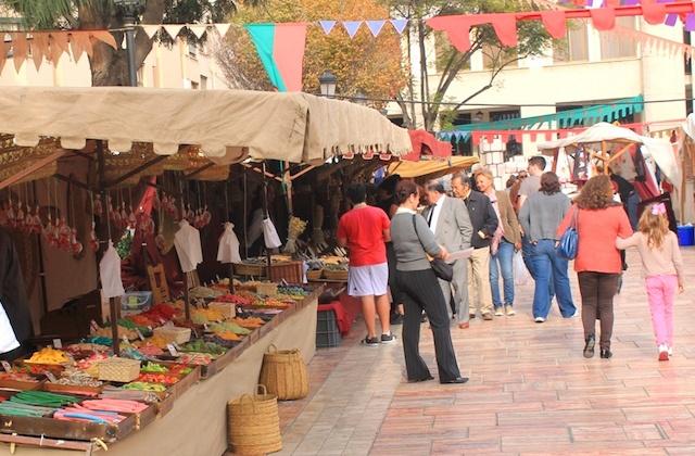 Visiter l'Andalousie en hiver - Puestos de Artesanía en Rincón de la Victoria. Fotografía de vivirenelrincondelavictoria.files.wordpress.com