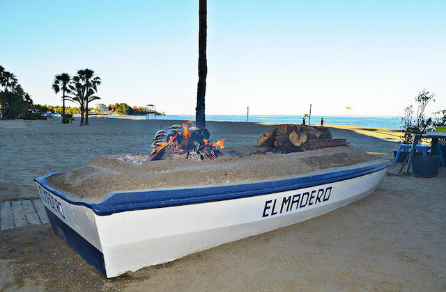 Espetos, die Sardinenspieße von Málaga - Barca Chiringuito El Madero, Estepona