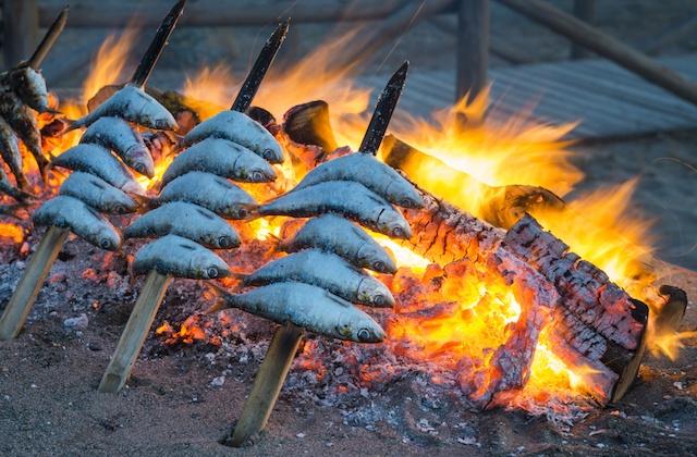 Espetos de sardinas cocinar al espeto y historia del espeto - Como cocinar sardinas ...
