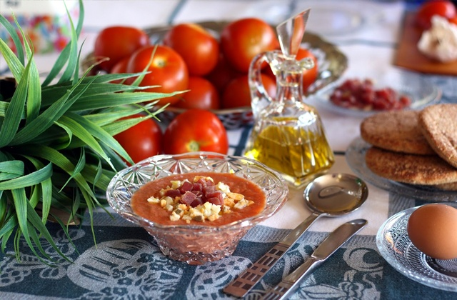 Gazpacho and salmorejo, the most famous summer soups in Andalusia:Ingredientes del salmorejo