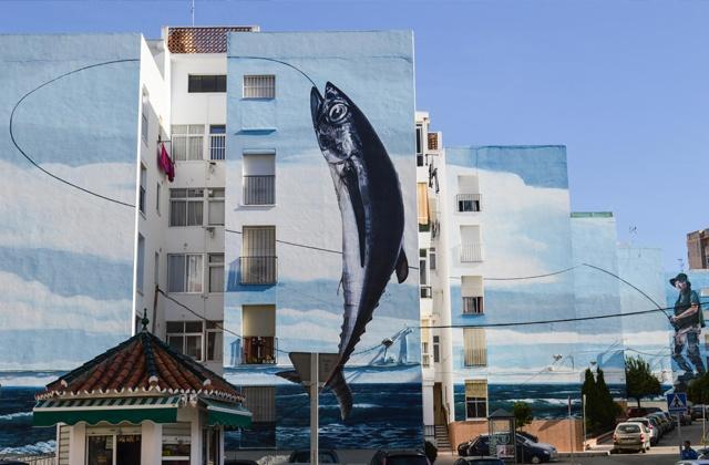 que ver en Estepona - Mural en un edificio de Estepona