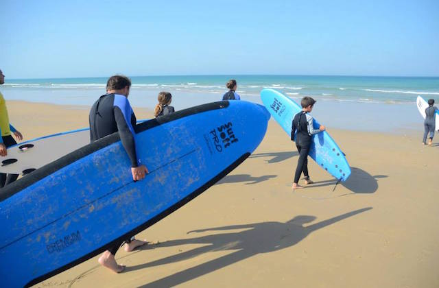 surfing in Andalucia - Surf en playa de Los Bateles, Conil. Fotografía de Ocean Conil Surf