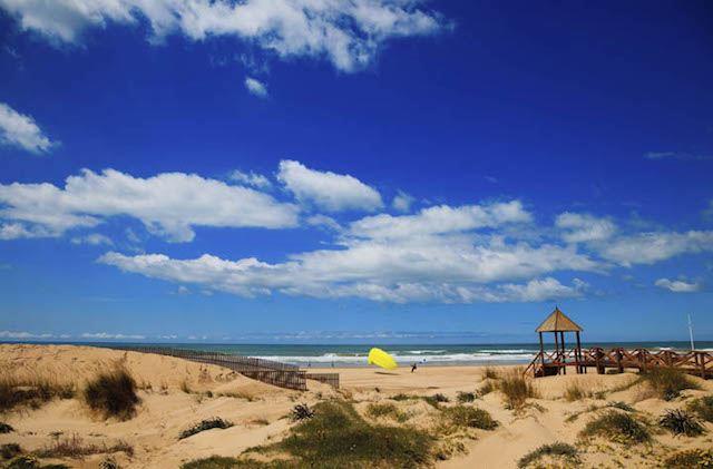 Strände zum Surfen Andalusien - Playa de la Cortadura, Cádiz. Fotografía de www.skyscanner.es