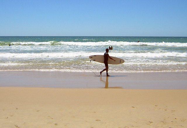 Strände zum Surfen Andalusien - Surf en la playa de El Palmar de Vejer. Fotografía de www.cadiz-turismo.com