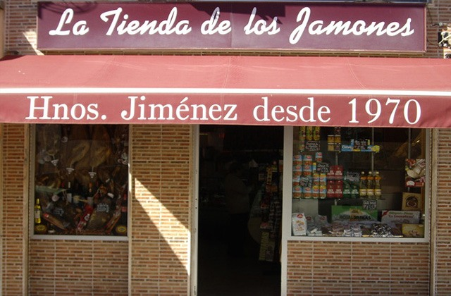 Discover the route of the most authentic corner shops in Málaga: Andalusian traditional products: Ultramarinos La tienda de los Jamones