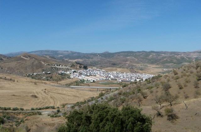 Vista de Ardales desde la Gran Senda de Málaga