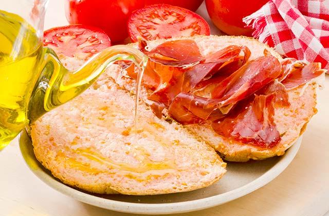 Pan de pueblo con aceite y jamon