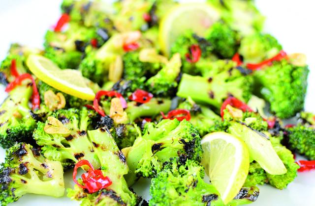 7 'superaliments' que vous devez intégrer dans votre alimentation: Plato con brocoli