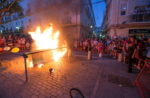 La noche de San Juan en Andalucía - quema juanillos cadiz