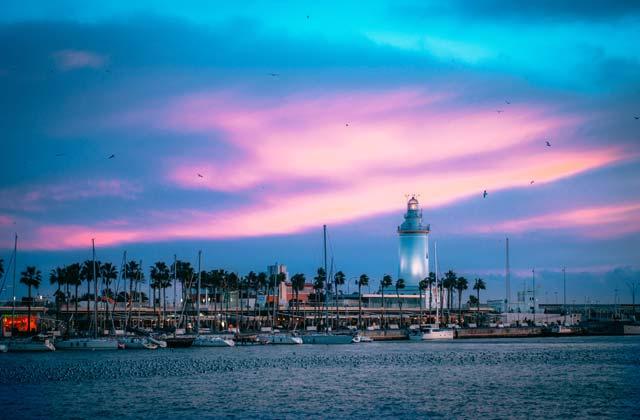 Faro puerto de Málaga