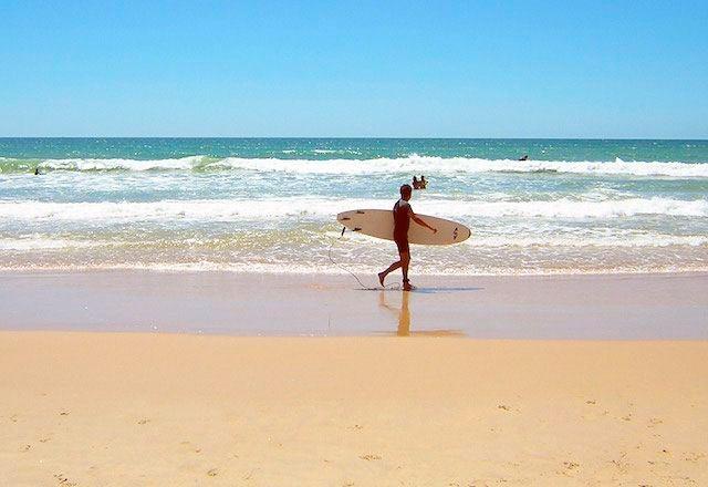 Surf en la playa de El Palmar de Vejer. Fotografía de www.cadiz-turismo.com