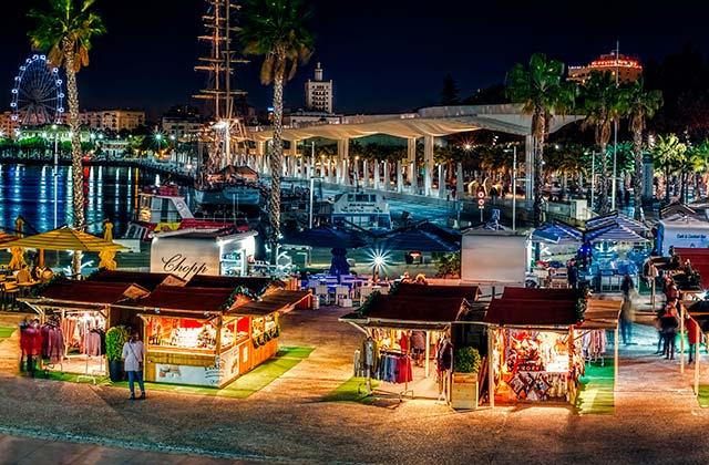 Mercado navideño enMuelle Uno - Crédito editorial: Roberto Sorin / Shutterstock.com