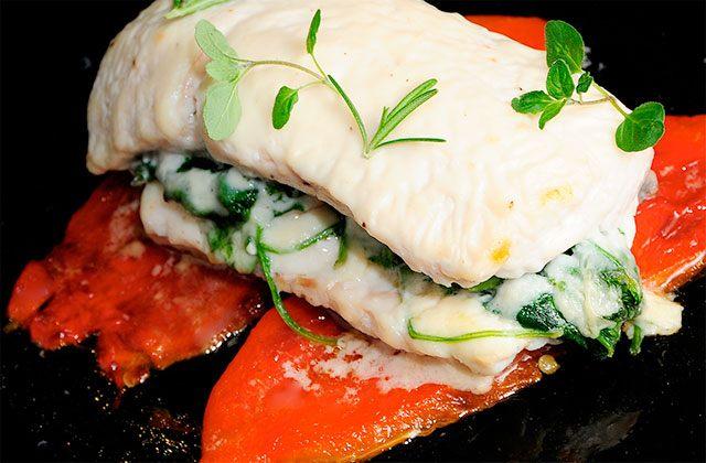 Merluza rellena de espinacas con salsa de mejillones